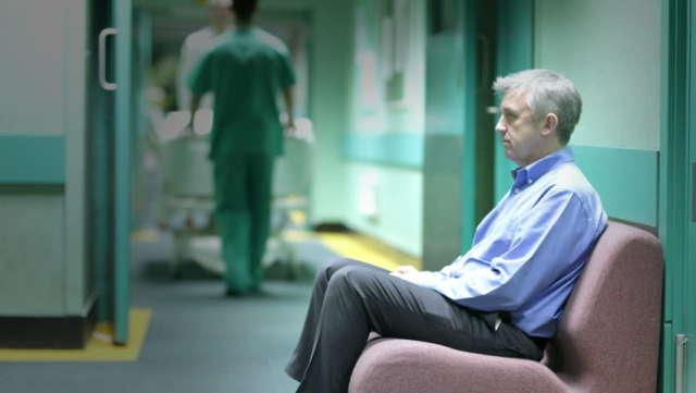 čovijek čeka u bolnici na hitnoj