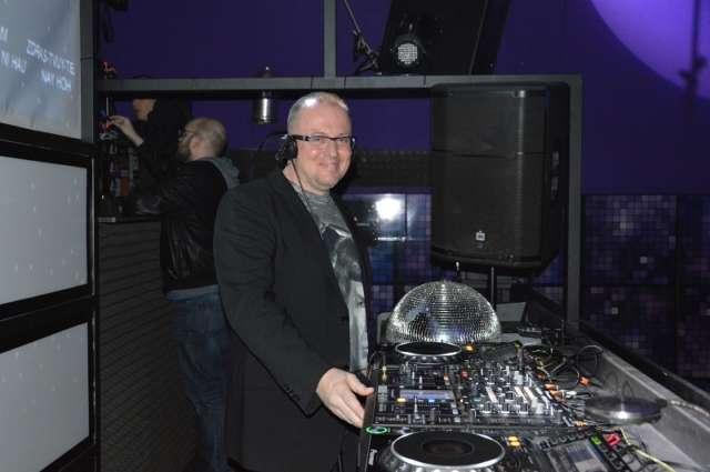 Saša ostojić za DJ pultom