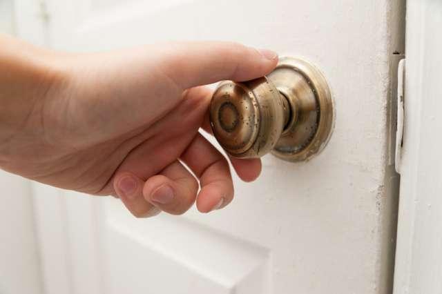 ruka provjerava jesu zaključana vrata