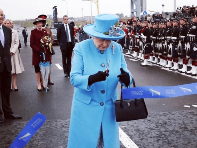 Kraljica Elizabeta plavi kostim