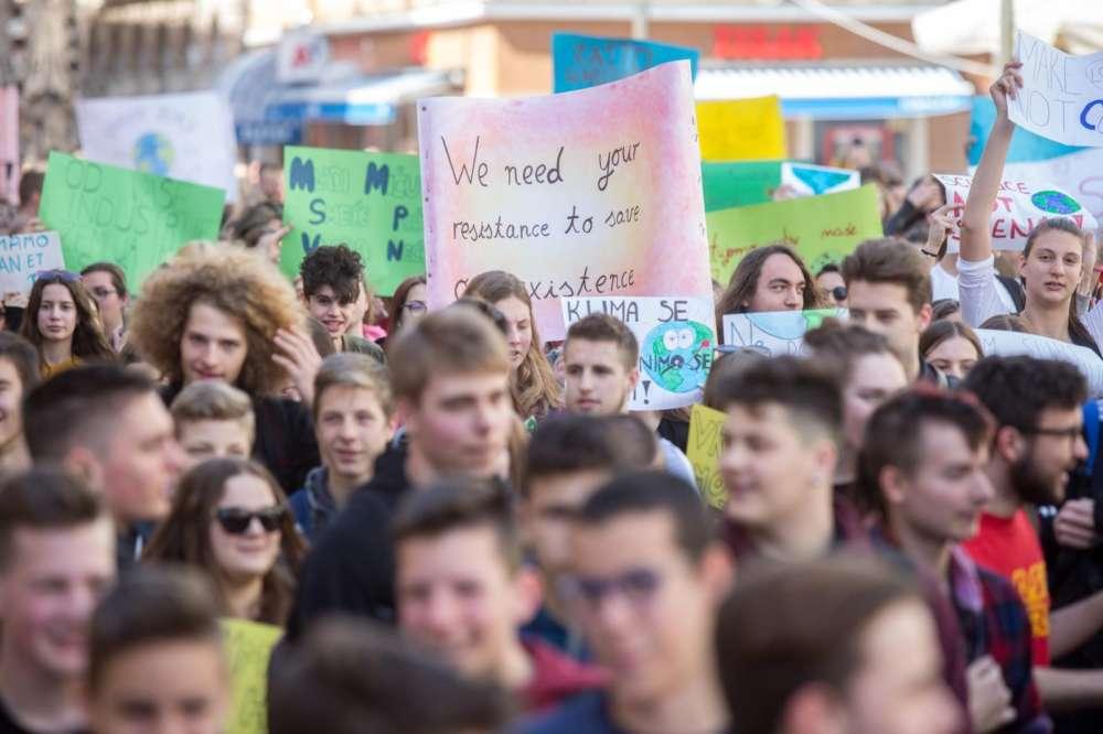 """Riječki učenici i studenti okupljeni u prosvjednoj povorci """"Klimatske promjene traže naše promjene"""""""