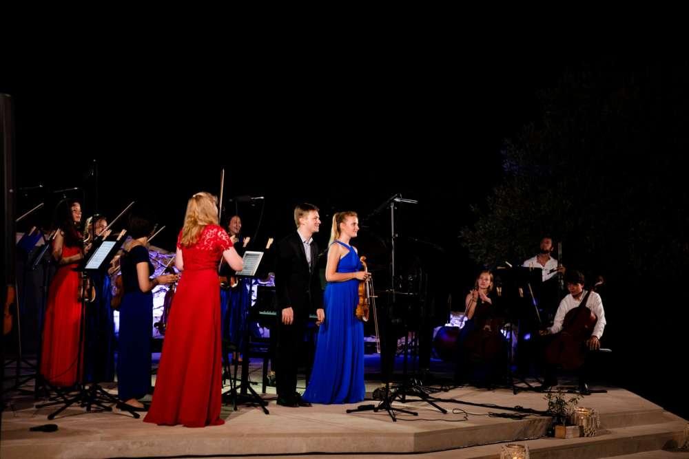 Izvrsni Sara Domjanić, violina i Dmytro Choni, klavir, uz nadahnutu pratnju Ensembla Esperanza