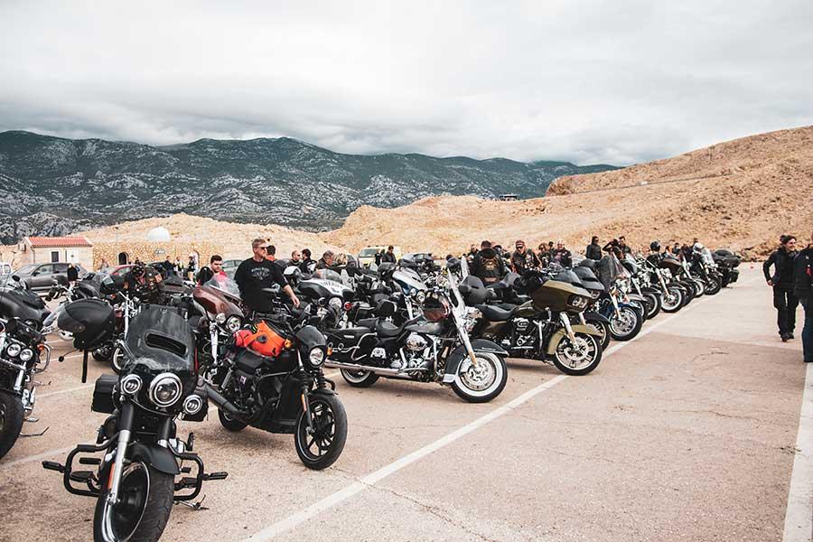 Ekipa-Harley-Davidson-na-Žigljenu,-u-orkuženju-mjesečevog-pejzaža