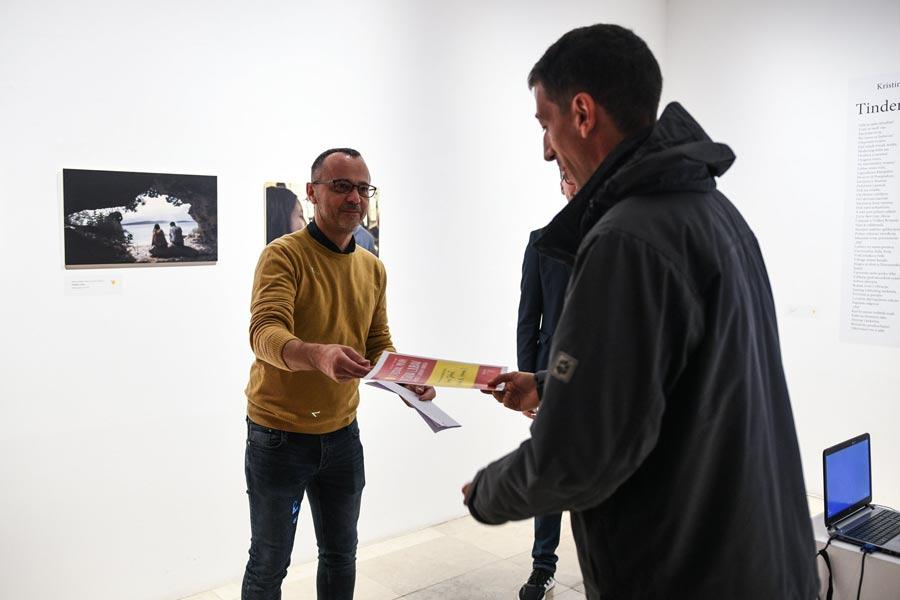 Krešimir-Zubčić-i-predstavnik-autorskog-tima-filma-Izlazite-li-vanka