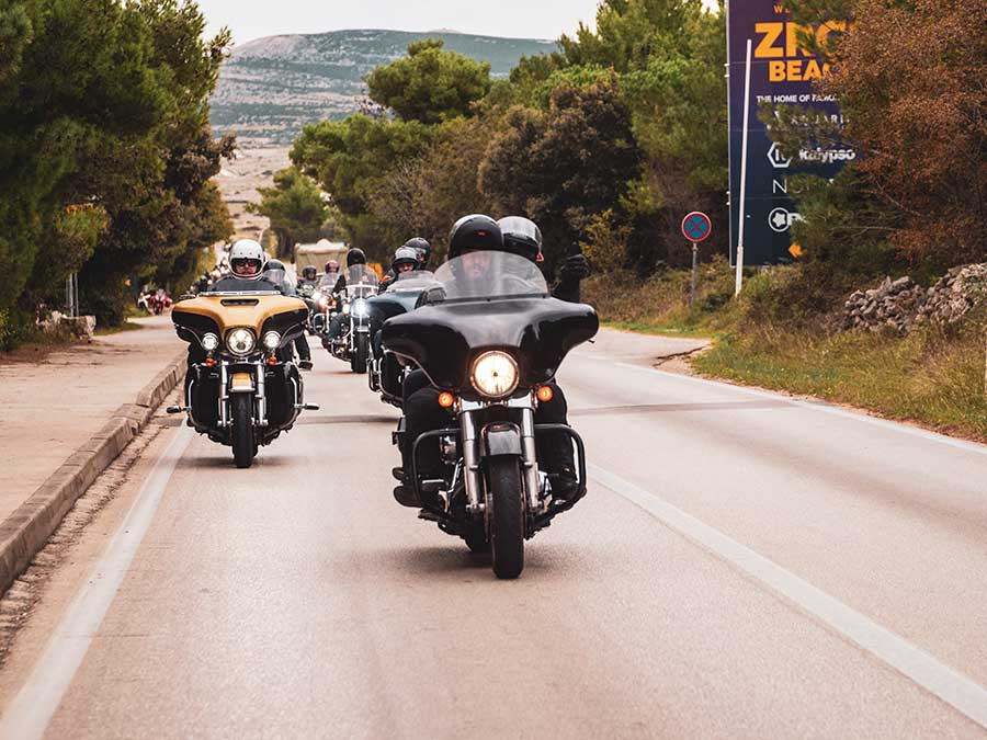 Pred-povratak-kolona-motorista-na-Harley-Davidsonu-obišla-je-Zrće