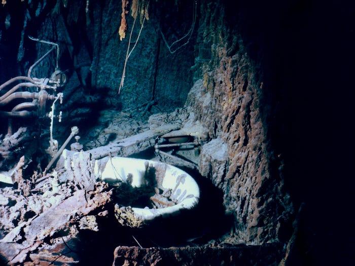 Pogled na kadu u kupaonici kapetana Smitha na Titaniku, lipanj 2004. Uočene su rustike na većini cijevi i učvršćenja u sobi. Lori Johnston / Wikimedia Commons