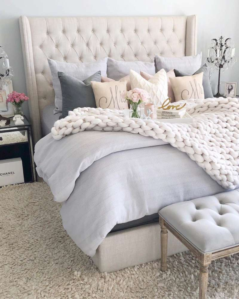 Neutral-tufted-headboard-with-lots-of-pillows-via-@sbkliving