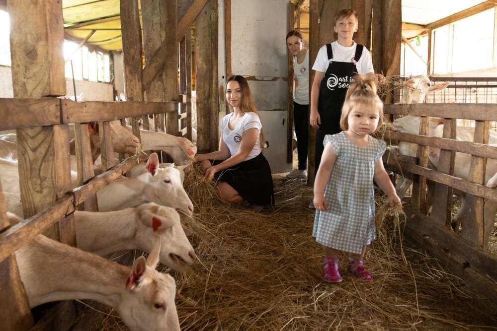 Obitelj hrani koze