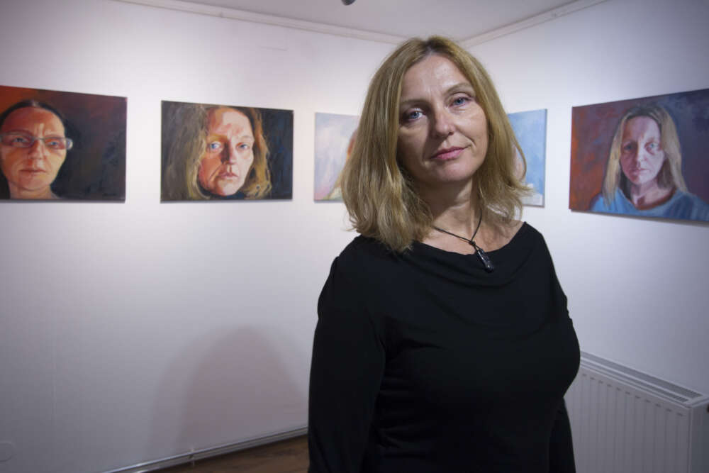 Dijana ispred autoportreta