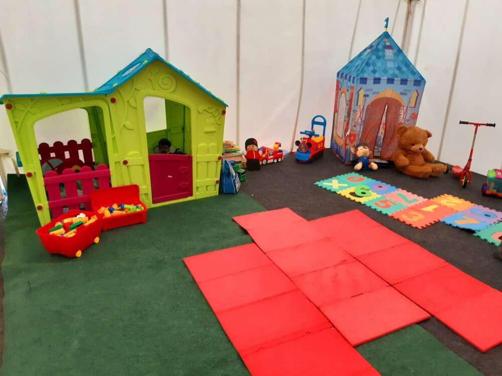 Dječja igraonica u sklopu šatora u Glini
