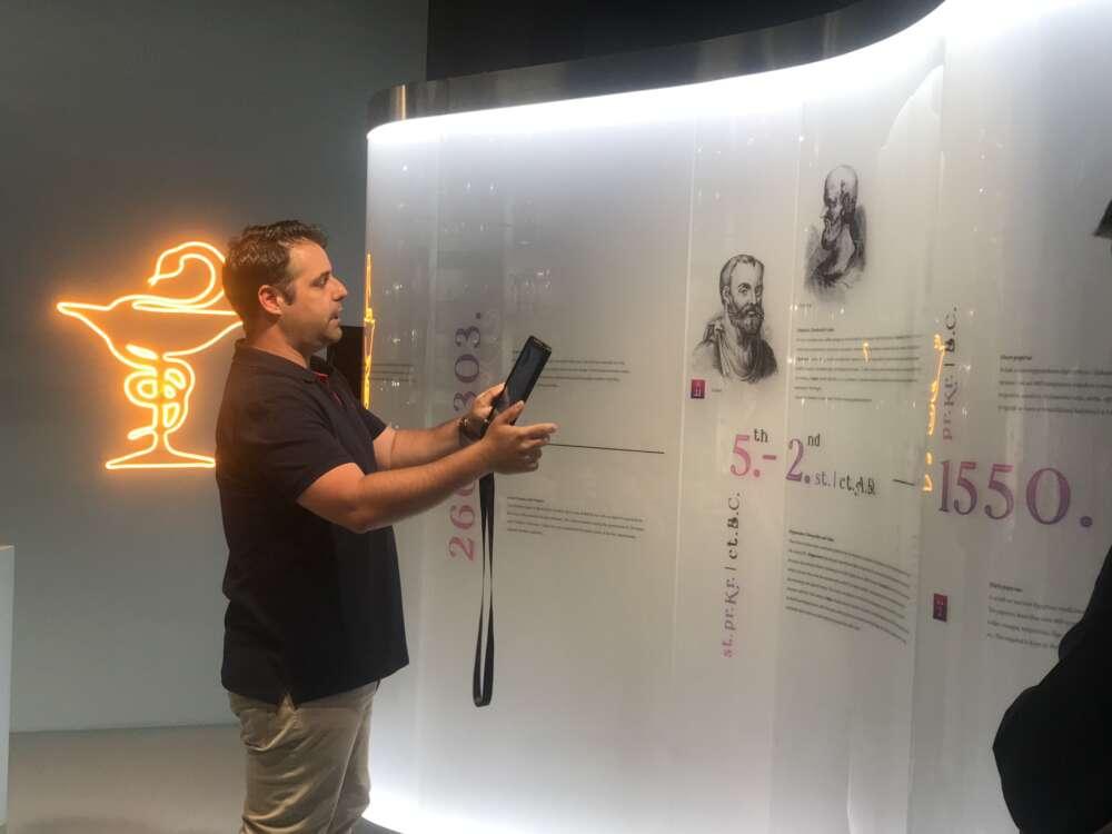 Marin Pintur, kustos i voditelj Muzeja farmacije, i multimedija koja na zanimljiv način posjetitelje vraća u povijest farmacije3